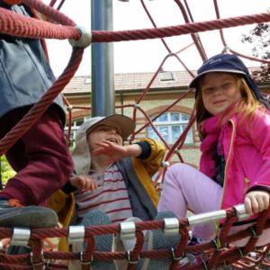 Klettern auf dem Spielplatz