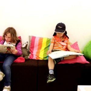 Wir schauen Bücher an/ Bildung